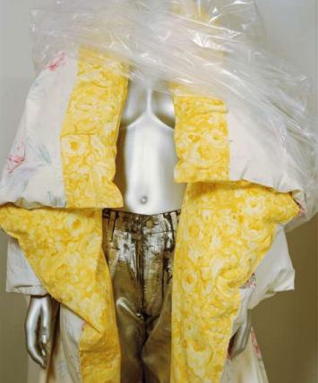Margiela, couette transformée en manteau, houssée de draps des années 1970, collection automne-hiver 1999-2000. Photo Le Monde